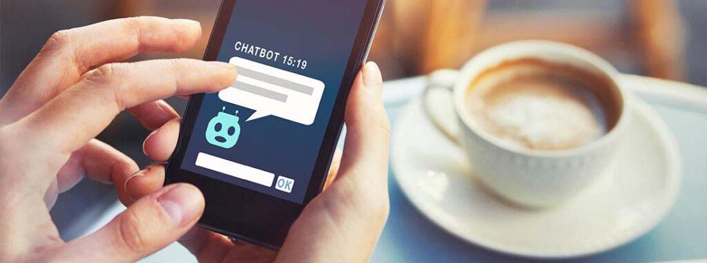 Männerhand, die ein Handy bedient, auf dem der Nachrichtenverlauf mit einem Chatbot zu sehen ist. Hierbei handelt es sich um einen Inbound Marketing Trend.