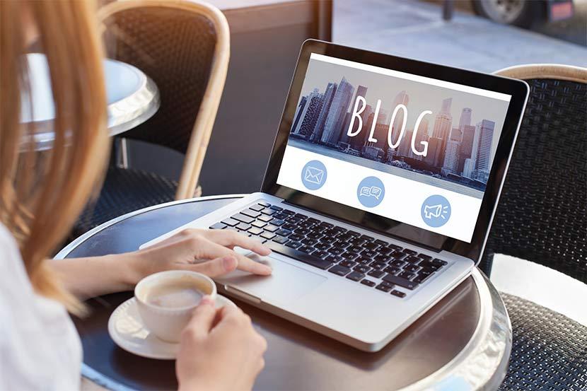Professionelle Bloggerin verfasst einen neuen Beitrag und schickt diesen per Mail.