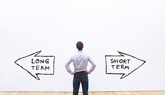 Kunde, der eine Entscheidung zwischen langfristigen und kurzfristigen Ergebnissen treffen muss.