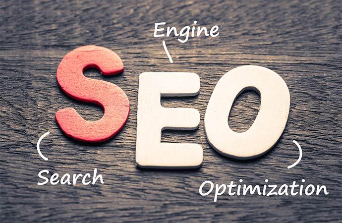 Logo für Search Engine Optimization auf dunklem Hintergrund.