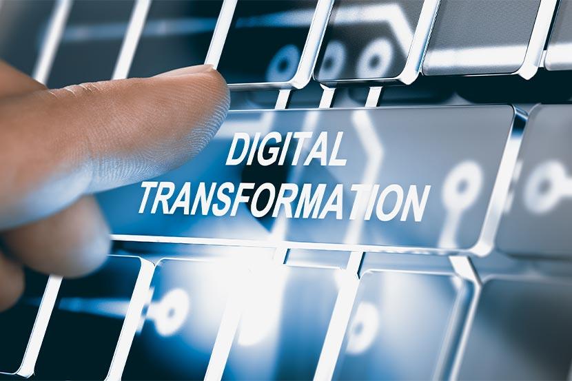 """Mann verwendet Knopf mit Aufschrift """"Digital Transformation"""""""