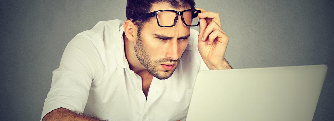 Besucher auf Homepage mit fehlenden Informationen und Optimierung.