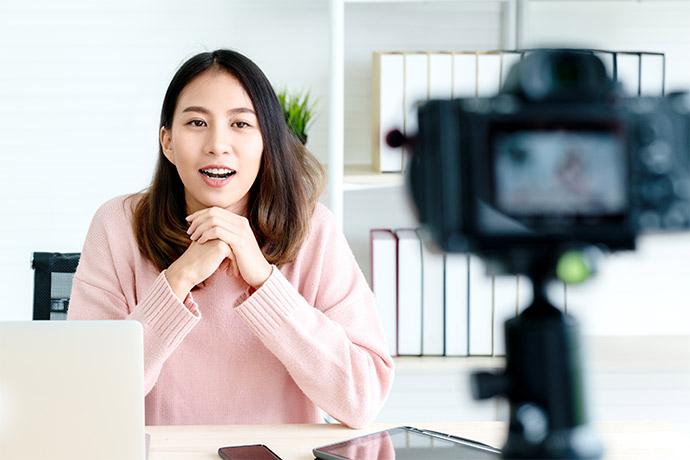 Mitarbeiter produziert Videotutorial für die Firmen-Website.