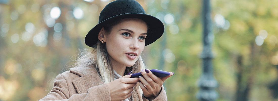 Voice Search Optimierung hilft bei Suchanfrage über Smartphone gut für Keywords bzw. Fragen zu ranken.