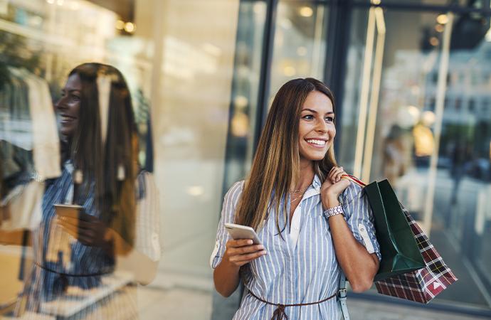 eCommmerce: eine junge Frau mit Handy