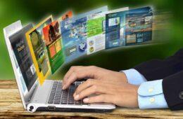 Verschiedene Websites werden auf einem Laptop dargestellt.