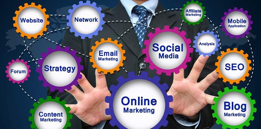 Unternehmer umgeben von den Begriffen Social Media, Email Marketing, Blog Marketing, digitale Strategie, Customer Analyse, SEO, etc.