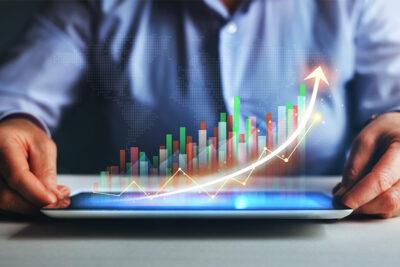 Marketing und Branding Manager zeigt digitale Performance in einer Team-Meeting-Analyse