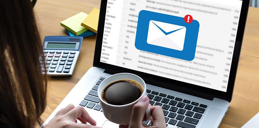 Customer verwendet Laptop um Email-Nachricht zu lesen.