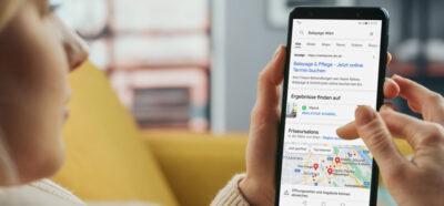 Frau sucht nach Balayage auf Google